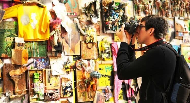 Fotógrafo y un mural