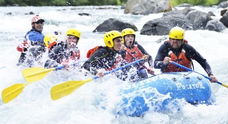 Personas en balsa rafting trancura alto.