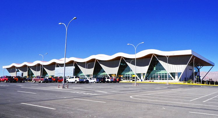 Estacionamiento y vista del aeropuerto de Calama.