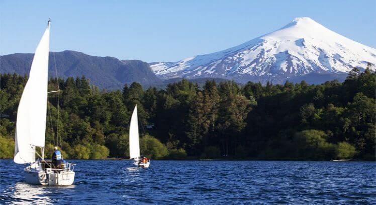 Dos veleros en el lago Villarica con vista al Volcán.